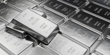 Silver Futures Fall on Strong Dollar and Higher Interest Rates Optimism